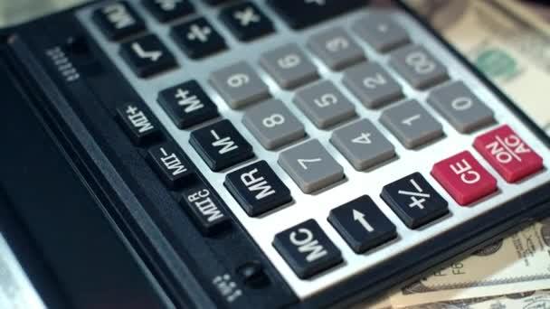 Obchodní žena ruku pomocí kalkulačky v kanceláři. Kalkulačka na dolarové bankovky