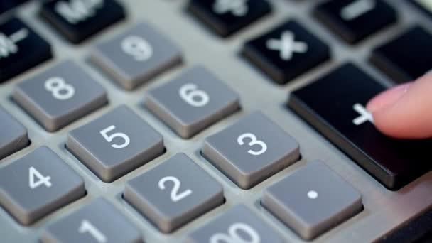 Zavřete z ruky žena pomocí kalkulačky. Výpočet zisku peněz na kalkulačce