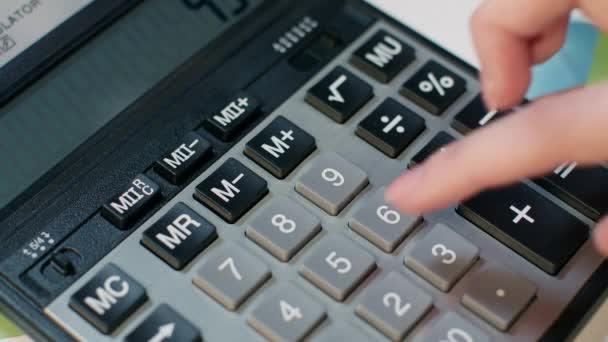 Žena, pomocí kalkulačky. Výpočet zisku podnikového účetnictví a peníze