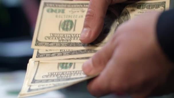Zblízka se mužských rukou počítání peněz. Osobní úspory. Platba v hotovosti peníze
