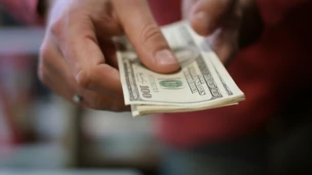 Člověk ruku zobrazeno dolarové bankovky. Zblízka americké hotovost v mužských rukou