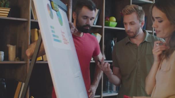 Értékesítési csapat a fehér tábla tervezés marketing stratégia. Irodai dolgozó