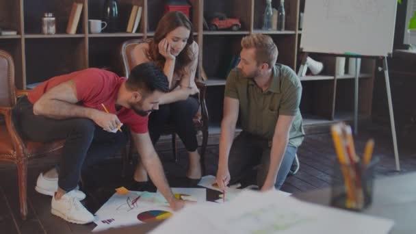 Kreativní tým o obchodní strategii dokumenty na podlahu v kanceláři
