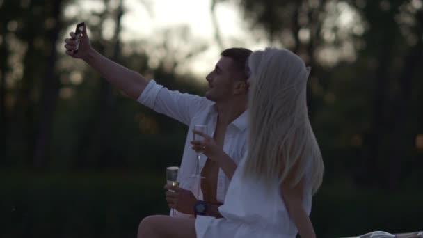 romantisches Paar beim Selfie-Foto am Abend. Liebespaar fängt glücklichen Moment ein