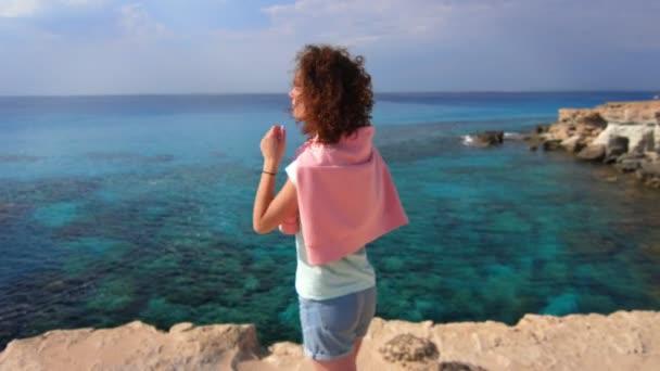 Turistické žena relaxovat u moře na šířku. Žena si moře krajiny. Žena harmonie