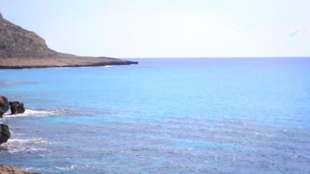 Krásné skalnaté pobřeží krajiny. Letní kamenné moře. Přírodní krajina