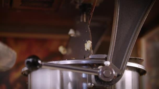 Nő ömlött a kukorica mag pattogatott kukoricát gép. A popcorn termelési folyamat