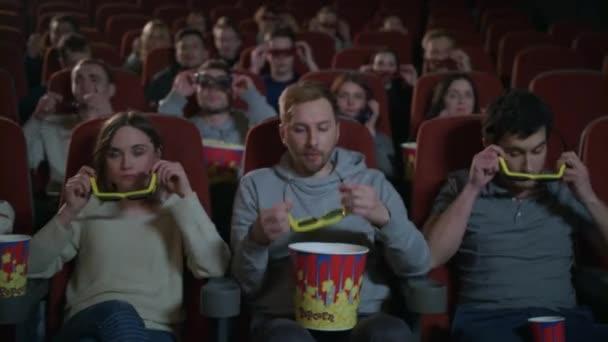 Emberek szemüveg 3D-s film a moziban. Szórakoztató film
