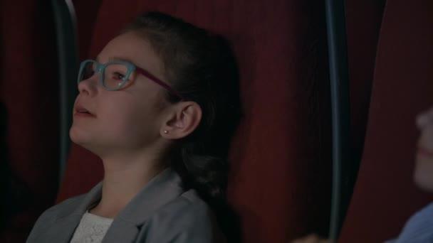 Lány néz mozi film középpontjában. A film gyerekek közelről
