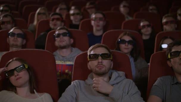 Zuschauer in 3D-Brillen beim Film im Kino. Menschen in 3D-Brillen
