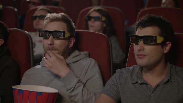 Freunde beim 3D-Film im Kino. 3D-Kino Unterhaltung concep