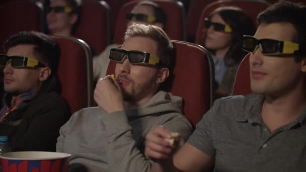 Mozi pattogatott kukoricát eszik meg. Emberek, néz film 3D-s szemüveg