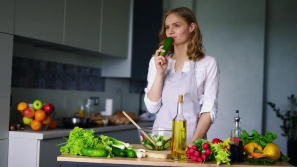 Junges Mädchen beim Essen Gurken denken. Traurige Frau gesunde Ernährung Essen