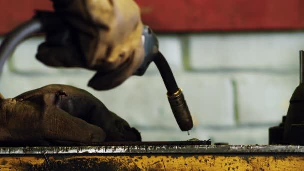 Svářeč ruce, práci s svařovací stroj. Elektrické svařování kovů jiskry
