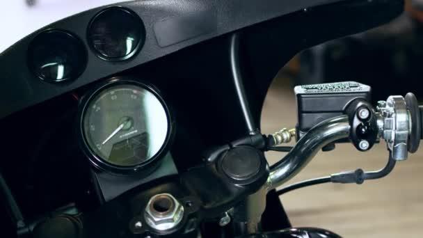 Kole úvodní zapalování. Moderní motocykl panel digital dashboard