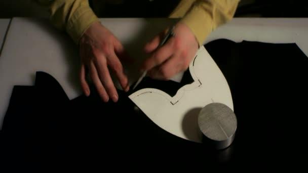Szabó workshop bőr kivágása. Szakmai kézzel készített kézműves munka