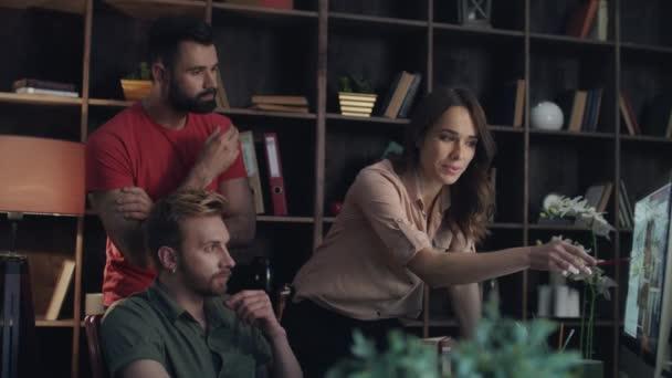 Obchodní tým o nového projektu na obrazovce počítače v útulné kanceláři
