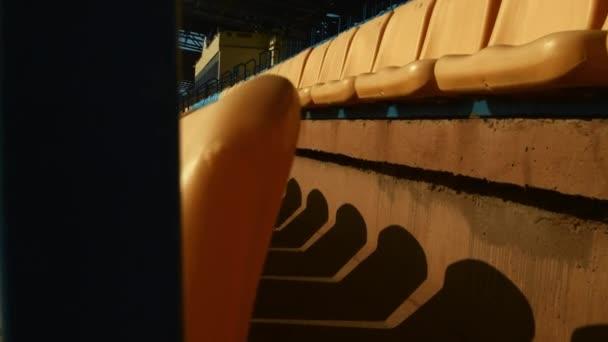 A számozott műanyag székek a sorok nyissa meg a labdarúgó-stadion