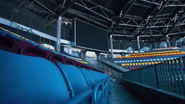 Prázdné sportovní stadion s nikým z tribun a velké srovnávací přehled