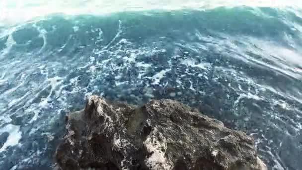 Mořská vlna zřítilo na rock pobřeží pov. Modrá oceán Prolomit vlny