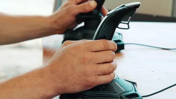 Muže použití interaktivní simulátor. Simulátor jízdy. Řidič učení jízdy na joysticku