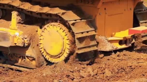 Přesun ocelových housenky buldozer. Těžké stroje v těžebním průmyslu
