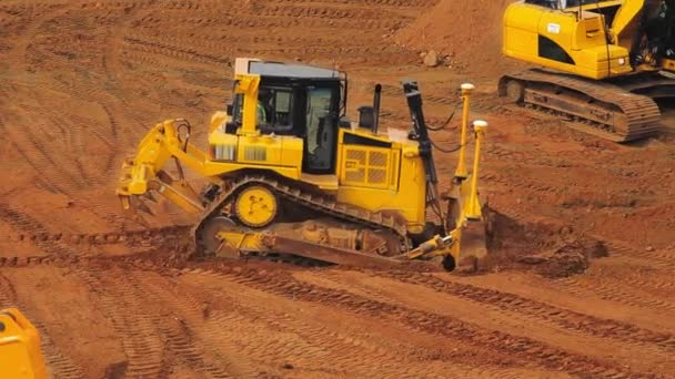 Gelbe Planierraupe fördert Sand im Steinbruch. Schwermaschinenbergbau