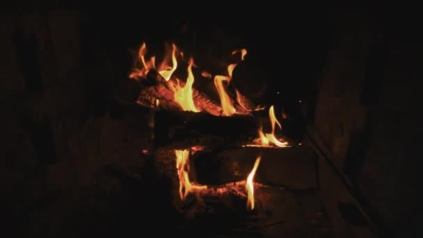 Pálení ohně na tmavém pozadí. Světlé pochodující oheň jiskry