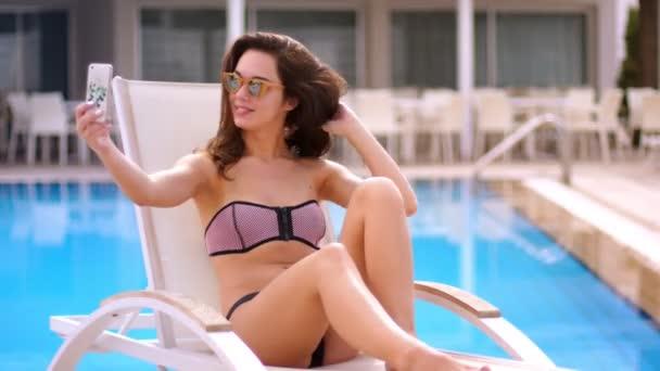Sexy žena, takže selfie v plaveckém bazénu. Hezká žena si vyfotit na mobil