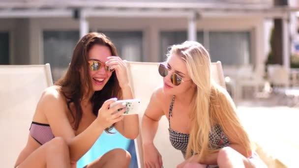 Krásná bruneta a blondýna relaxační dovolené. Sexy holky v sluneční brýle