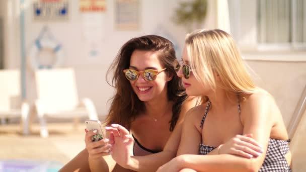 Sexy Frau in Sonnenbrillen suchen Telefon am Strand. Sommerurlaub