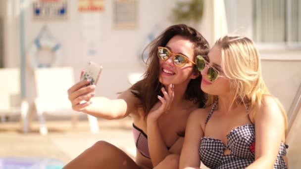 Letní dívky ukazují v znamení rukou. Šťastné ženy ženy užívající selfie
