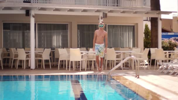 Bokovky muž v legrační brýle do bazénu. Člověk se bavit u bazénu