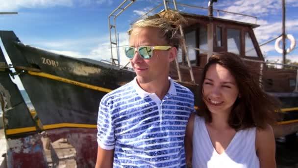Bokovky pár koukal na pobřeží moře. Rodinná dovolená. Svátek mládeže