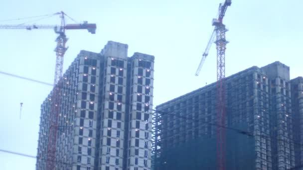 Výstavbu mrakodrapů. Staveniště s jeřáby a budov
