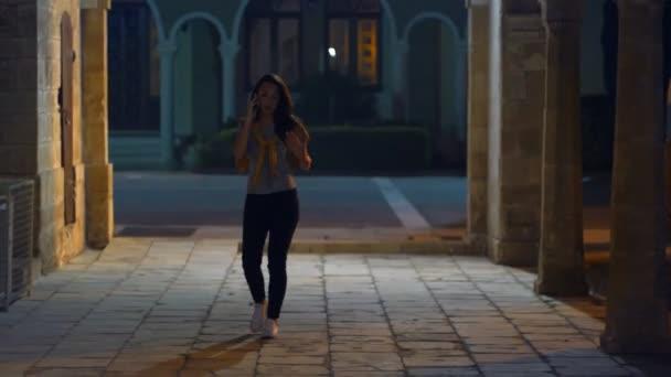 Zu Fuß Frau nachts Straße. Frau sprechen Telefon beim abendlichen Spaziergang