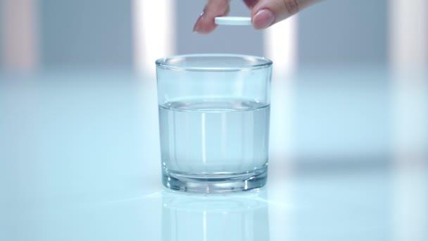 Šumivé tablety rozpouštění ve sklenici vody. Šumivá tableta ve skle