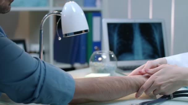 Zdravotní sestra, měření tepové frekvence na pracovišti. Lékař kontrolu prezenčního signálu rychlost