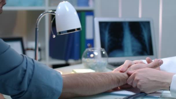Orvos kezét mérésére az impulzus orvosi munkahelyen. Nő ellenőrzése pulzusszám