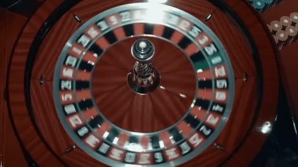 Míč rychle točí kolem v kasinu ruletu. Detail dřevěné rulety