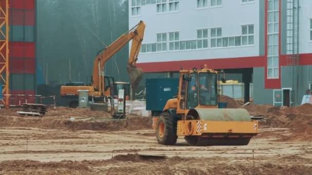 Těžké stroje pracující na stavbě. Tandemový vibrační válec Kompaktor