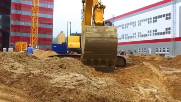 Caterpillar rypadlo pracuje na staveništi. Zemní práce proces