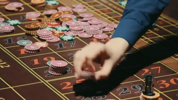 Croupier mani rimozione fiches del casinò da gioco dazzardo tabella. Tavolo di roulette di casinò