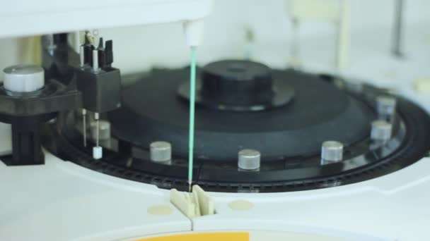 Farmaceutické výzkumné zařízení. Robotický stroj pro krev