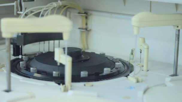 Moderní robotický stroj pro centrifugace krve a moče