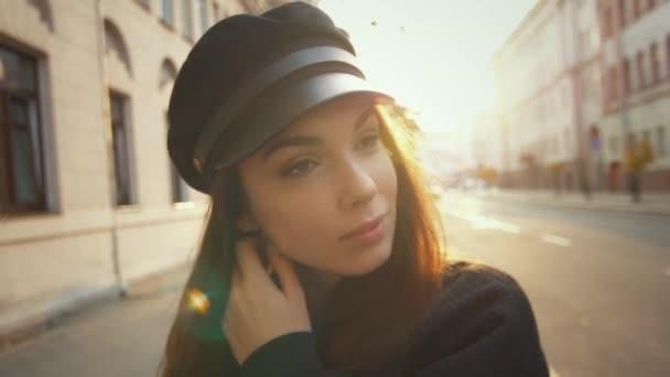 Krásná modelka při pohledu na fotoaparát. Zblízka obličej sexy ženy v čepici