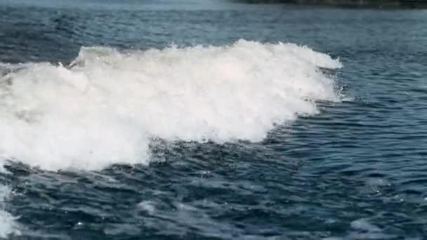 Vodní vlny na řece v pomalém pohybu. Vodní pozadí