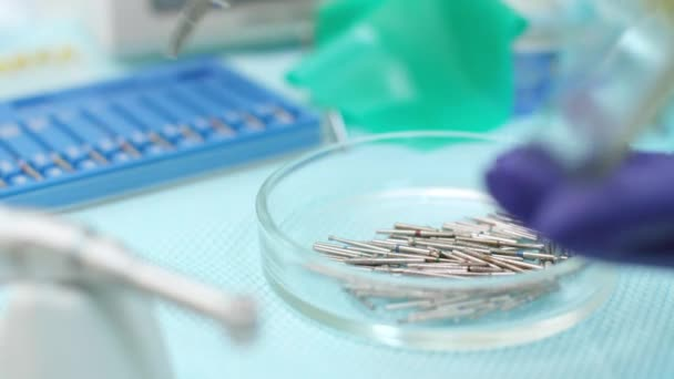Stomatolog Hand in Latex Handschuhe Medizinische Pinzette halten. Zahnbohrer burs