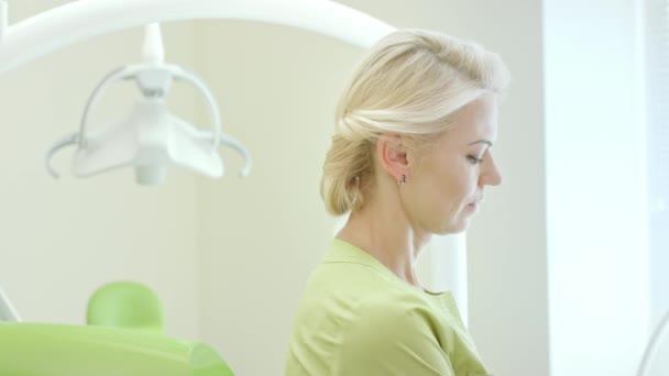 Portrét stomatologové držící zubní vytvrzovacího světla pro ústní dutiny