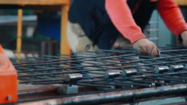 Dělník v zatáčkách kovového obrobku na ohýbací stroj v továrně